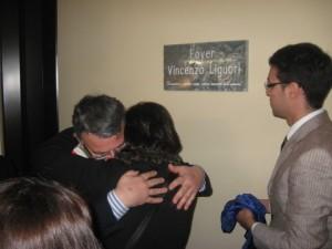 Intitolazione foyer Liguori 011 abbraccio tra sindaco e vedova