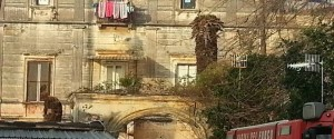 Incendio in villa Anna, ordinato lo sgombero per 21 nuclei familiari.