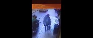 Scippano donna da moto in corsa e la trascinano priva di sensi per rapinarle la borsa. Carabinieri f...