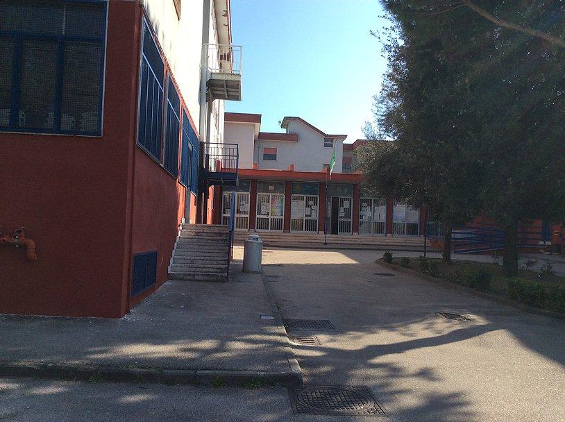 Furto di computer e attrezzature nella scuola, Polizia arresta uno della banda e restituisce la refu...